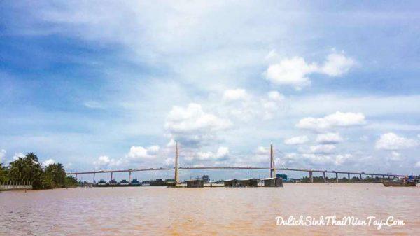 Ngắm nhìn lại dòng sông Tiền với những làng bè và cầu dây văng Rạch Miễu
