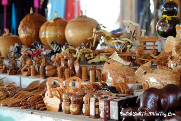 Các sản phẩm thủ công mỹ nghệ từ dừa Bến Tre tinh xảo thích hợp làm quà tặng trong tour du lịch miền Tây trong ngày