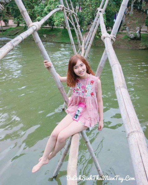 Tour du lịch miền Tây giá rẻ - Bạn trẻ thích thú tạo dáng bên cây cầu khỉ