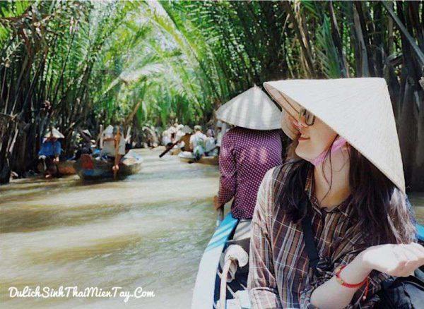 Trên con đò chèo xuyên các rạch dừa nước trong tour du lịch tát mương bắt cá