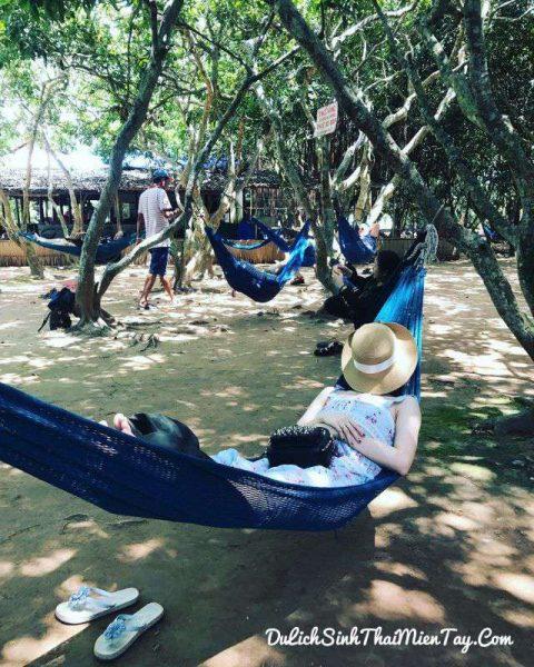 Tận hưởng giấc ngủ trên võng với bóng mát vườn cây