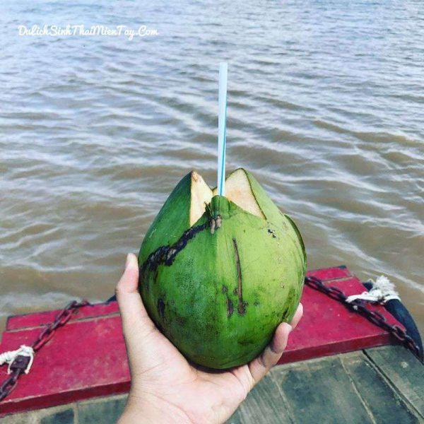 Trên tàu trở về bến, Quý khách sẽ được thưởng thức đặc sản dừa xiêm ngọt lịm