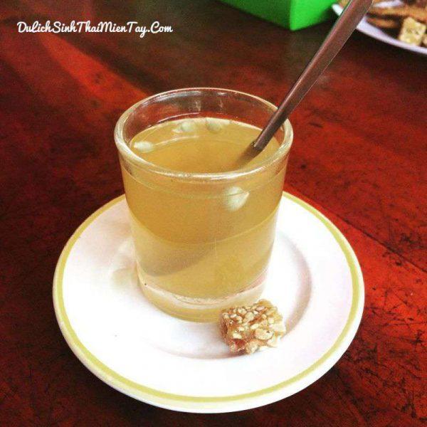 Thưởng thức trà mật ong tự pha