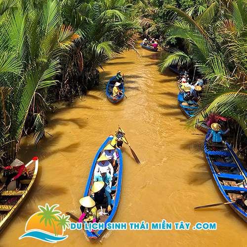 Chèo thuyền qua rạch dừa nước