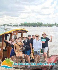 Ngồi thuyền tham quan Tứ Linh