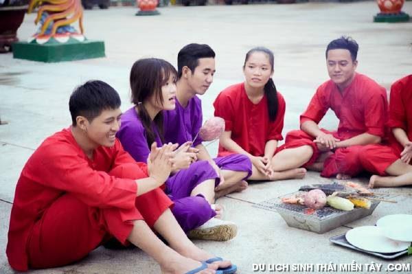 Theo chân Gin Tuấn Kiệt và Han Sara về Bến Tre câu cá sấu