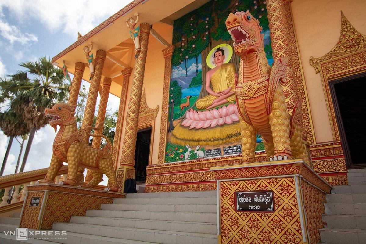 Chánh điện chùa hình chữ nhật, được xây dựng ngay giữa khuôn viên theo ba cấp nền cao 4 m và 18 bậc thang để đi lên. Lối vào chánh điện có tượng hình đôi kỳ lân lớn, bên cạnh là những hoa văn được trạm trổ tinh xảo.