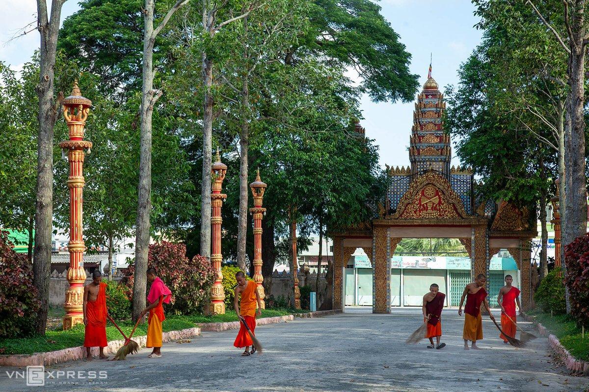 Bao quanh chùa là một hàng rào xây kiên cố, với nhiều hoa văn ấn tượng. Trong khuôn viên và lối vào có khá nhiều cây xanh cao to được trồng ngay hàng thẳng lối. Bên trong sân chùa luôn có sư sãi quét dọn.