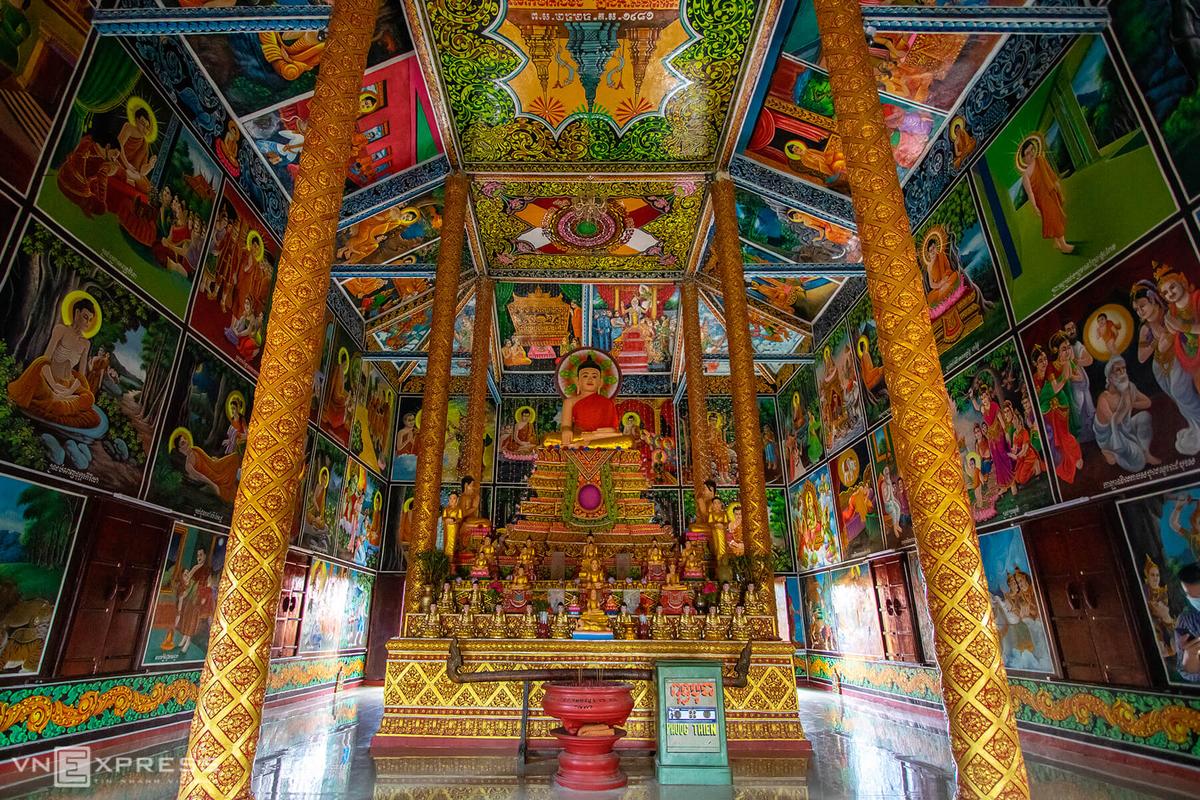 Không gian bên trong chánh điện được trang trí nhiều bích họa, phù điêu kể về cuộc đời đức Phật từ lúc mới sinh ra, cho đến quá trình tu hành đạt thành chánh quả.  Giữa chánh điện là một bệ tượng hình bán nguyệt cao gần 2 m và được chia thành nhiều bậc thờ tượng Phật Thích Ca.