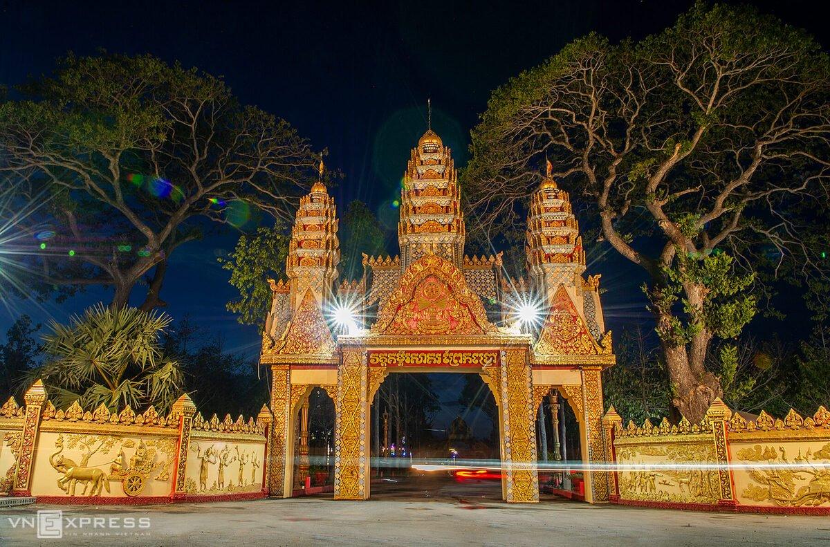 Cổng chùa về đêm. Hiện tại, chùa Xiêm Cán là một trong những điểm đến thu hút du khách. Trên đường đến chùa, du khách có thể ghé thăm một số điểm tham quan nổi tiếng của Bạc Liêu gần đó như cánh đồng điện gió, vườn nhãn cổ, vườn xoài cổ...
