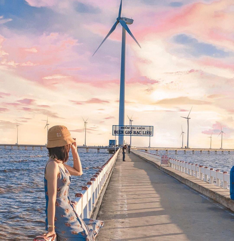"""Nằm cách trung tâm thành phố Bạc Liêu tầm 20 km, cánh đồng điện gió nhanh chóng trở thành điểm đến được nhiều bạn trẻ truy tìm. Từ đằng xa, du khách sẽ phải choáng ngợp với hàng tua bin gió khổng lồ, trải đều tăm tắp trên khung cảnh thơ mộng. Bạn có thể tha hồ """"diễn sâu"""" giữa khung cảnh trời Tây ngay tại Việt Nam. Ảnh: Ngocmai2907."""