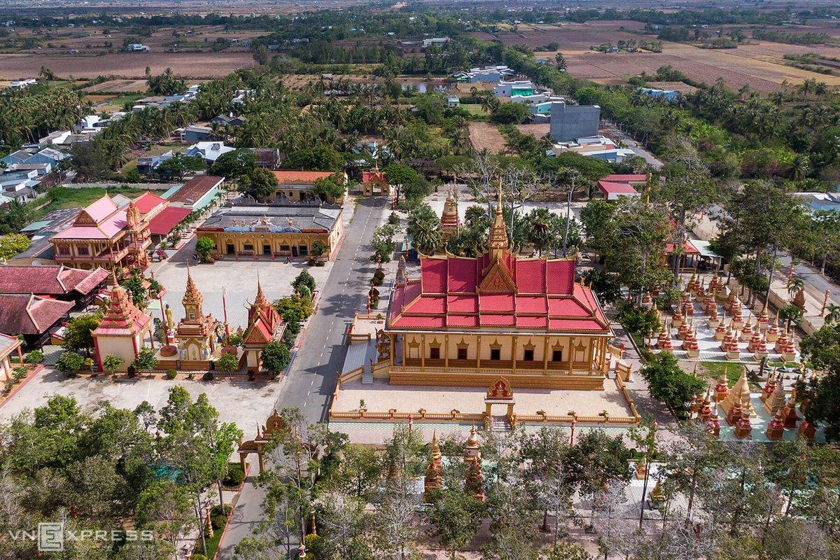 Nằm cách trung tâm TP Bạc Liêu khoảng 7 km và cách bờ biển khoảng 2 km, chùa Xiêm Cán mang đậm một dấu ấn kiến trúc Khmer.  Chùa được khởi công xây dựng năm 1887 với diện tích hơn 4.500 m2. Đây là một tổng thể kiến trúc gồm nhiều hạng mục như: tường thành bao quanh, cổng tam quan, chính điện, sala, tháp chuông, nơi nghỉ ngơi của các sư, giảng đường, cột trụ biểu, khu mộ tháp. Tất cả đều quay về hướng Đông. Đây là quan niệm của người Khmer khi cho rằng đường tu hành để đạt thành chánh quả của đức Phật đi từ Tây sang Đông.